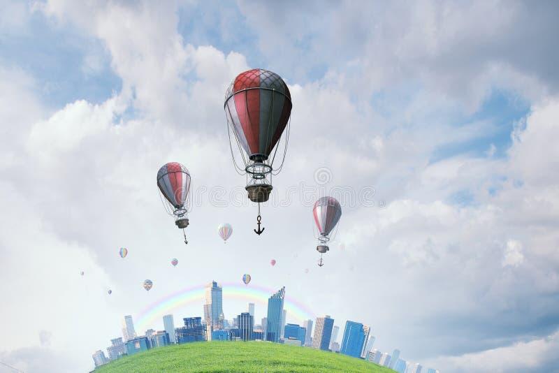 Aerostatos que vuelan sobre el cielo Técnicas mixtas foto de archivo libre de regalías