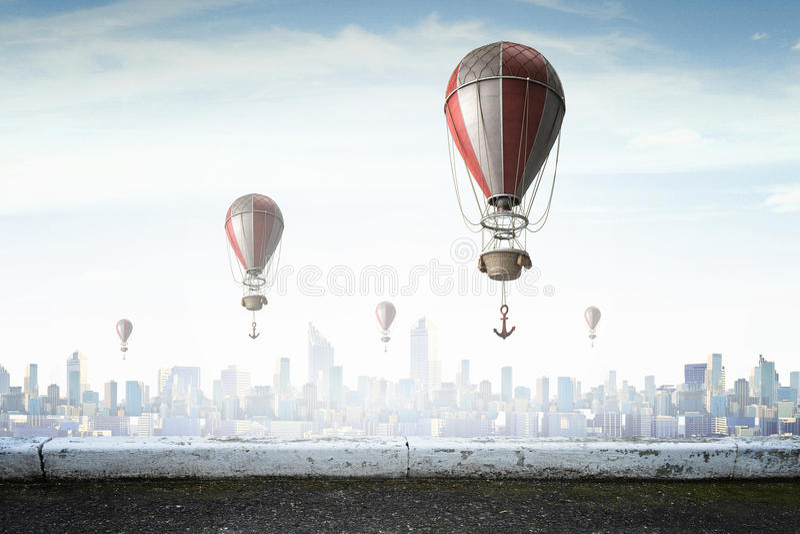 Aerostatos que vuelan sobre el cielo Técnicas mixtas imagen de archivo libre de regalías