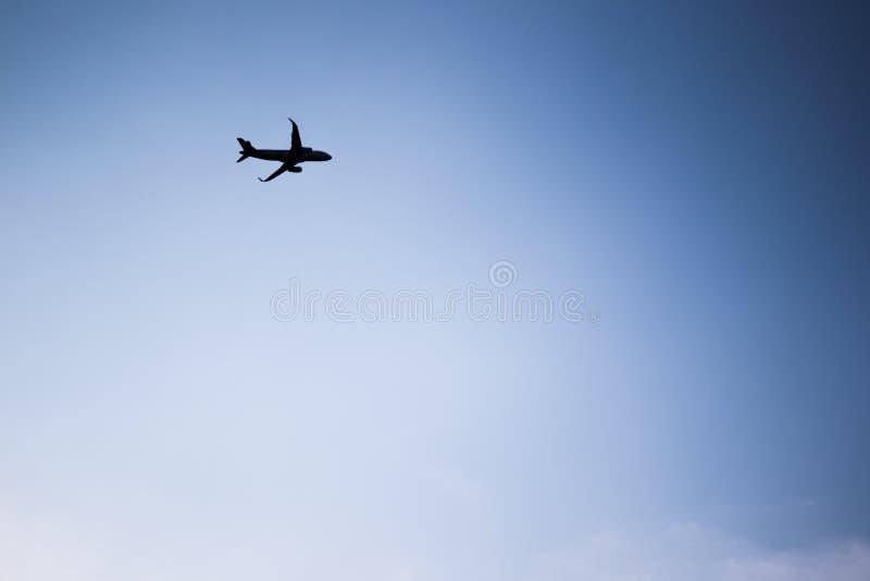 Aerovliegtuig het vliegen stock foto