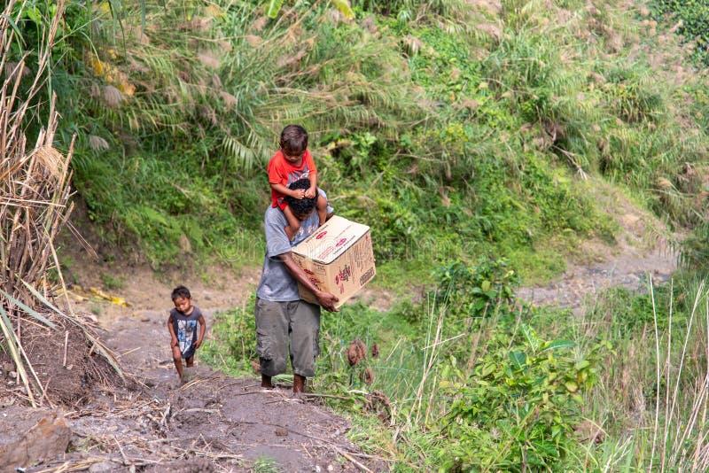 Aetamensen die naar stad met hun bagage gaan, Capas, Filippijnen royalty-vrije stock fotografie