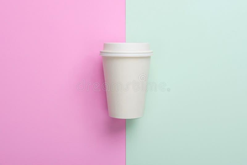 Afastados descartáveis removem o copo de café na luz - azul e rosa imagens de stock