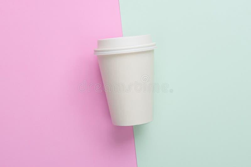 Afastados descartáveis removem o copo de café na luz - azul e rosa imagem de stock royalty free