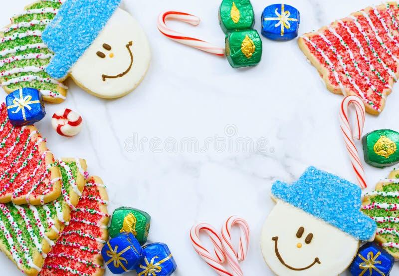 Afbeelding van een kerstgrens op een marmertapeltop Bovenaanzicht flatontwerp met koekjes zoals kerstbomen en sneeuwpoppen royalty-vrije stock foto's