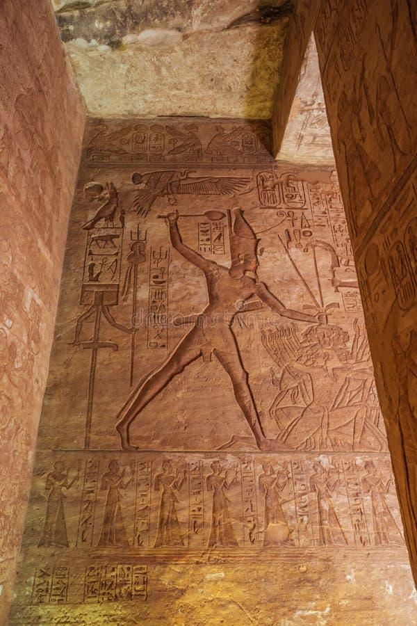 Afbeelding van Ramesses II die een vijand doden stock afbeeldingen