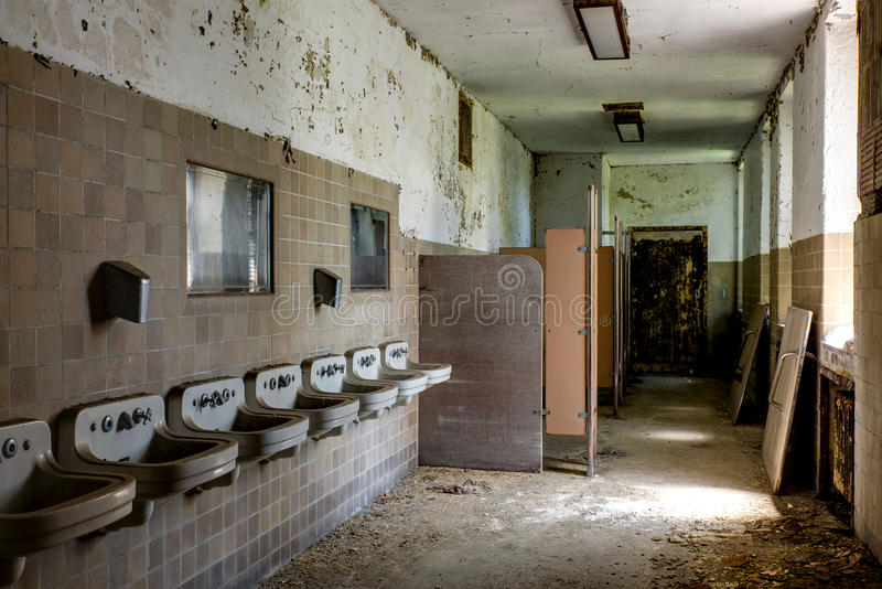 Afbrokkelende Badkamers met Gootstenen - het Verlaten Ziekenhuis stock foto's