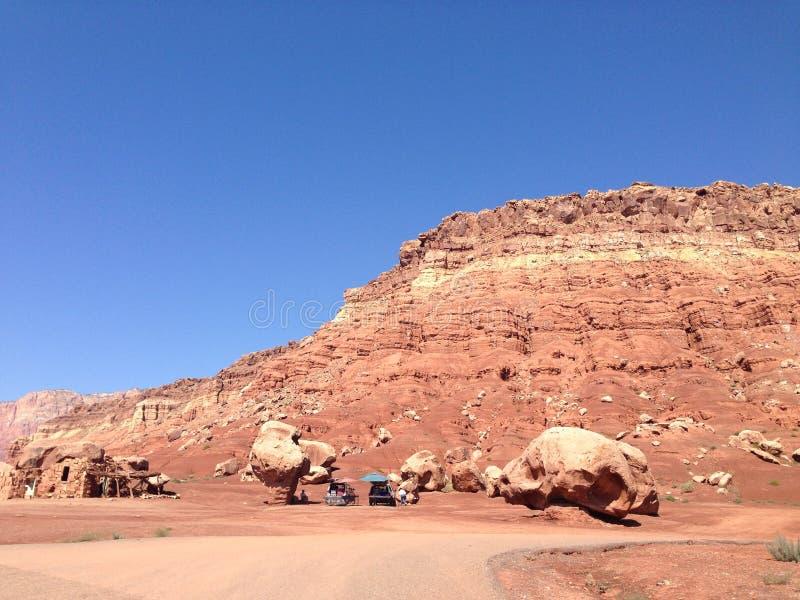 Afbrokkelende bergen in de woestijn stock afbeeldingen