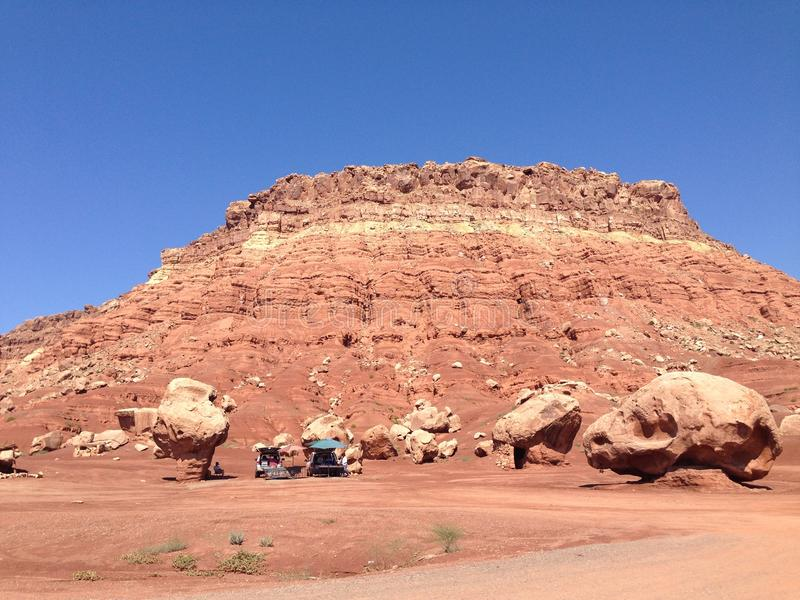 Afbrokkelende bergen in de woestijn royalty-vrije stock foto's
