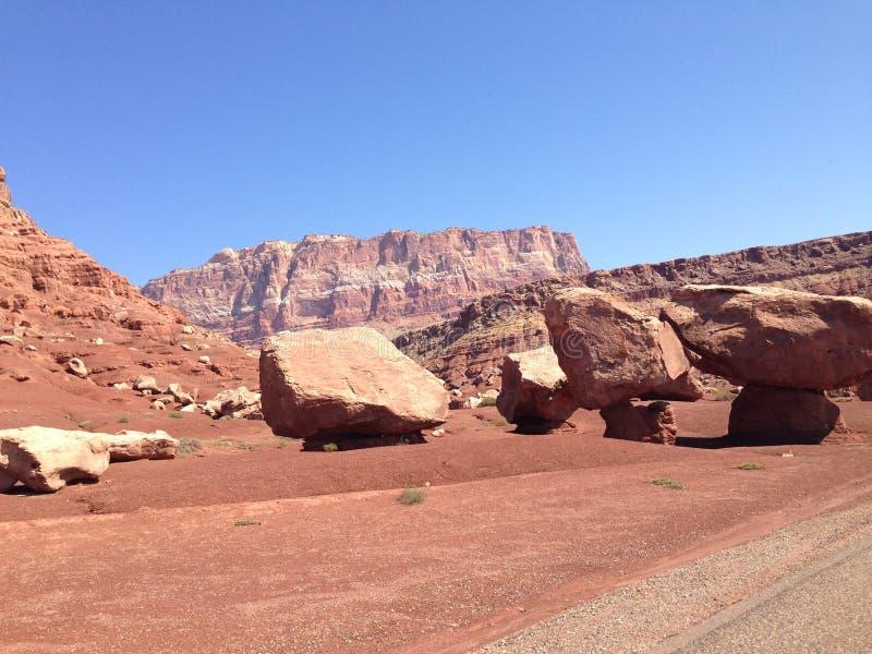 Afbrokkelende bergen in de woestijn stock afbeelding