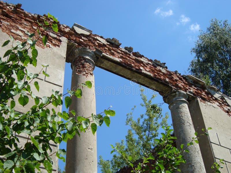 Afbrokkelende ruïnes van de edele manor van weleer op een duidelijke dag royalty-vrije stock afbeelding
