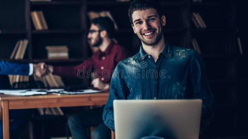 Afdelingschef met notitieboekje op achtergrond van partners h royalty-vrije stock afbeeldingen