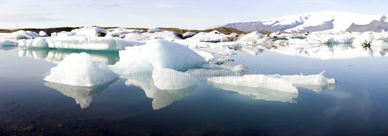 Afdrijvende ijsbergen stock foto's