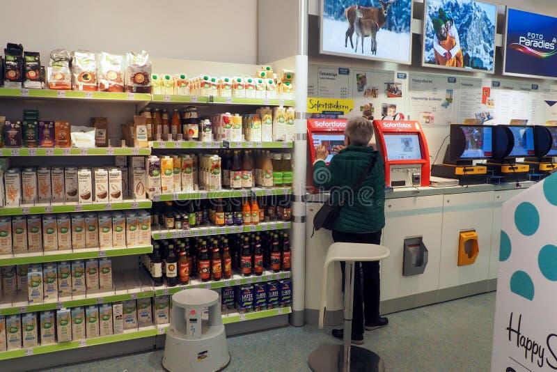 Afdrukdienst voor foto's op de Dm-drogermarkt in Frankfurt, Duitsland stock foto's