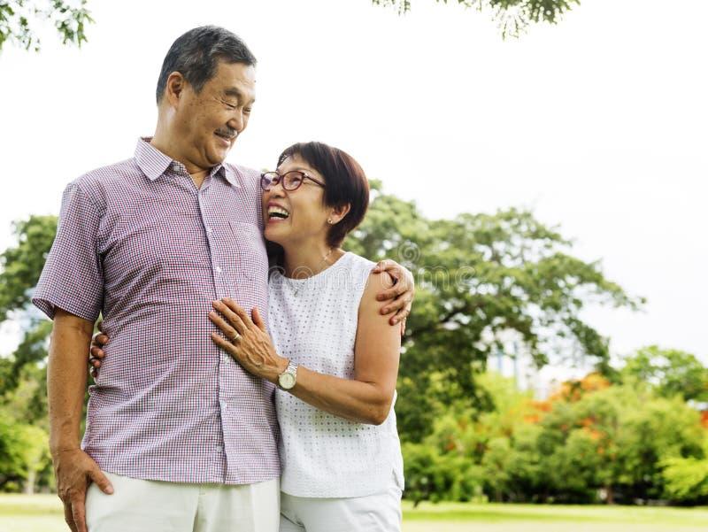 A afeição da esposa do marido do abraço adora a emoção foto de stock royalty free
