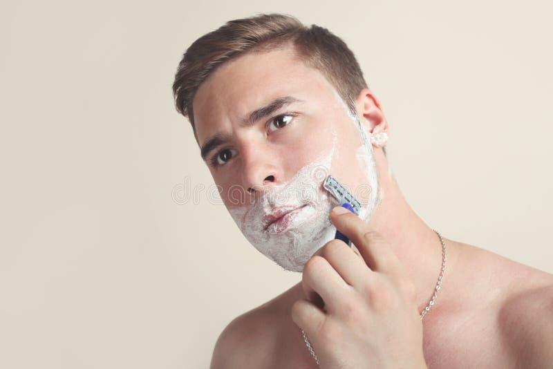 Afeitados serios del hombre imagen de archivo libre de regalías