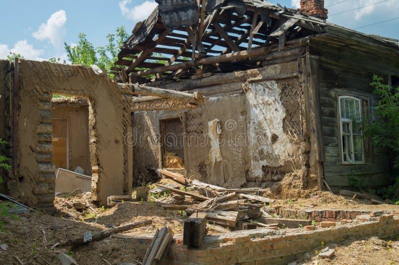 Afetado em consequência de uma catástrofe natural, a construção da propriedade privada Fragmento da casa de madeira destruída do  fotografia de stock royalty free