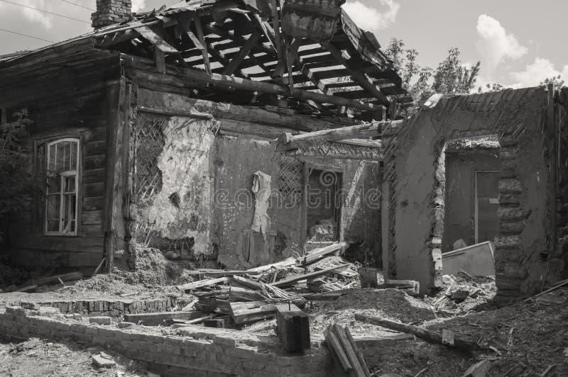Afetado em consequência de uma catástrofe natural, a construção da propriedade privada Fragmento da casa de madeira destruída do  foto de stock