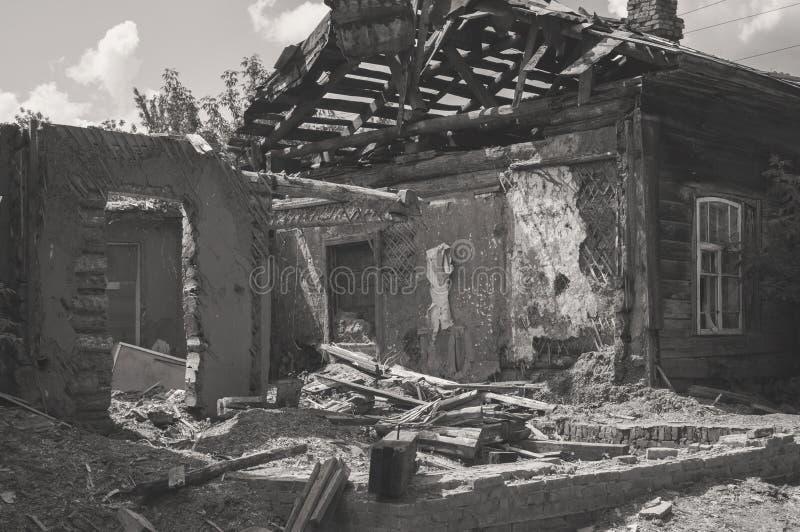 Afetado em consequência de uma catástrofe natural, a construção da propriedade privada Fragmento da casa de madeira destruída do  imagem de stock royalty free
