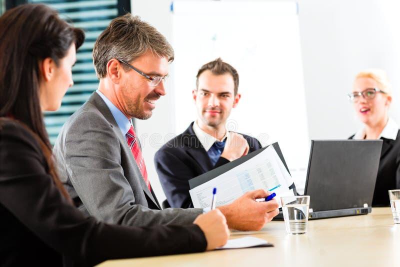 Affär - businesspeople har lagmöte arkivfoton