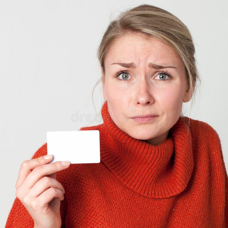 Affär eller kreditkort för förskräckt kvinna hållande för presentation arkivfoto