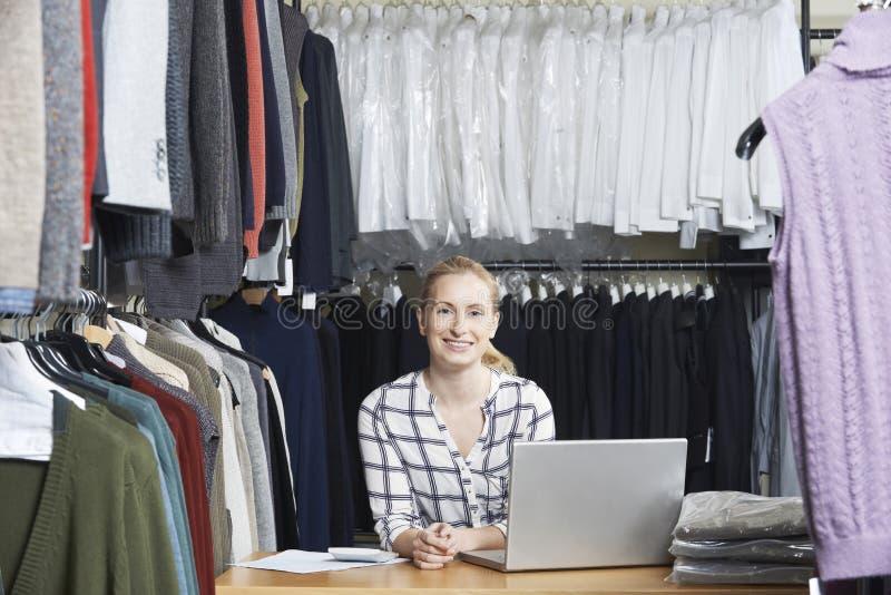 Affär för affärskvinnaRunning On Line mode arkivbild
