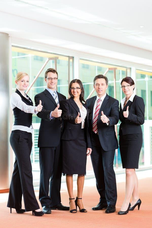 Affär - grupp av businesspeople i regeringsställning arkivbild