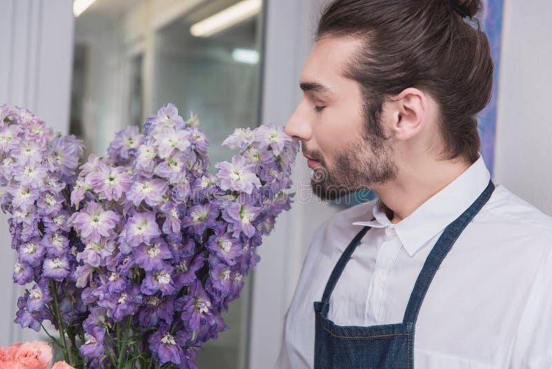 affär isolerad liten white 3d Manlig blomsterhandlare i blomsterhandel Studio för blom- design och att göra garneringar och ordni royaltyfria foton