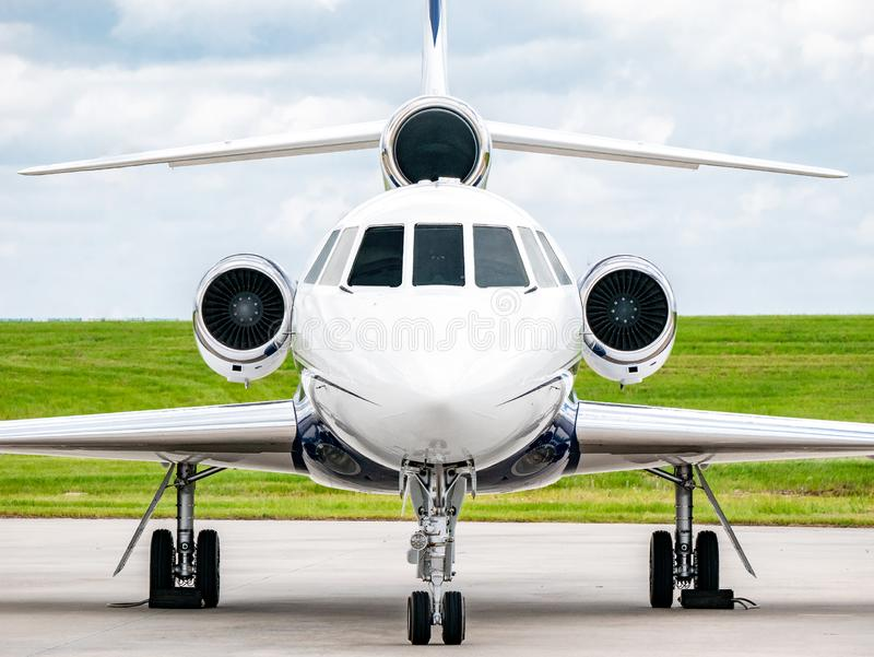 Affär Jet Front med gräs och himmel arkivfoto