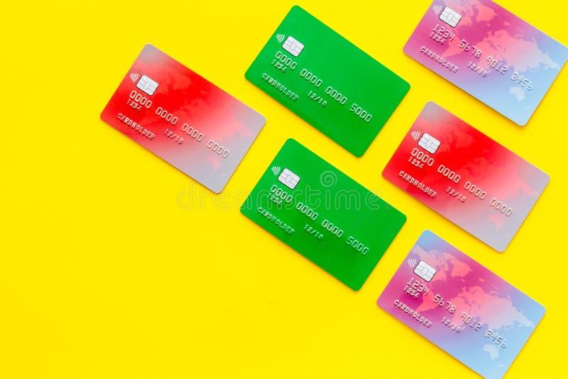 Affär med kreditkortar på modell för bästa sikt för bakgrund för kontorsskrivbord gul arkivbilder