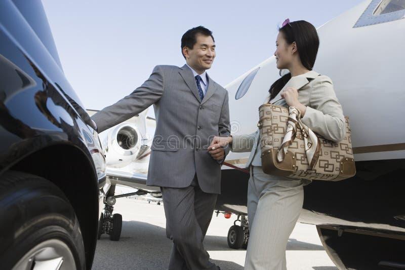 Affär Person Holding Hands At Airfield arkivfoton