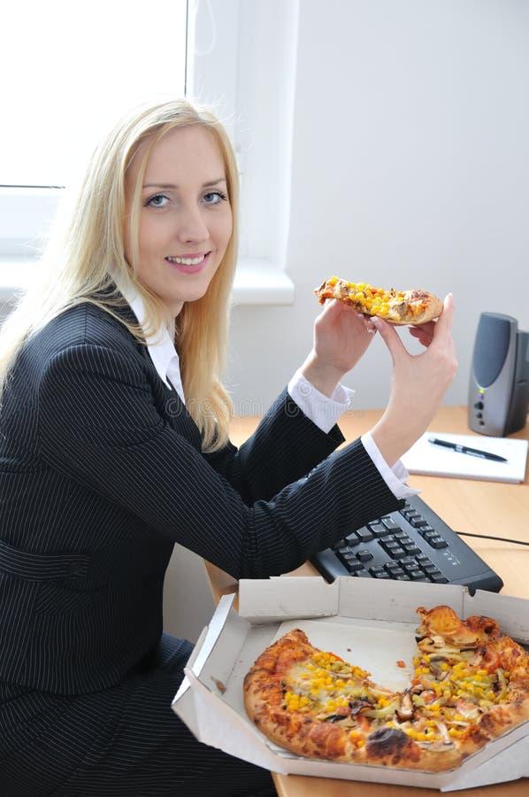 affär som äter pizzakvinnabarn arkivbild
