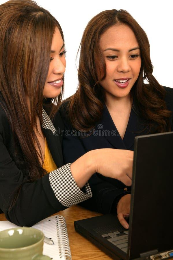 affär som 2 diskuterar bärbar datorlagkvinnor royaltyfri foto