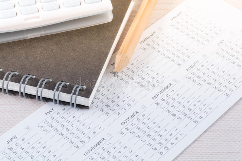 Affär som hyvlar begrepp med kalendern och blyertspennan royaltyfria foton