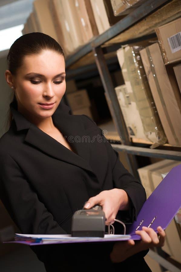 affär som räknar materiellagerkvinnan arkivfoto