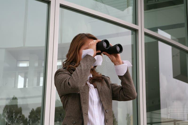 affär som söker kvinnan fotografering för bildbyråer