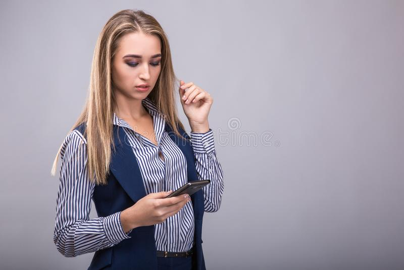 affär som ser den mobila telefonkvinnan royaltyfria foton