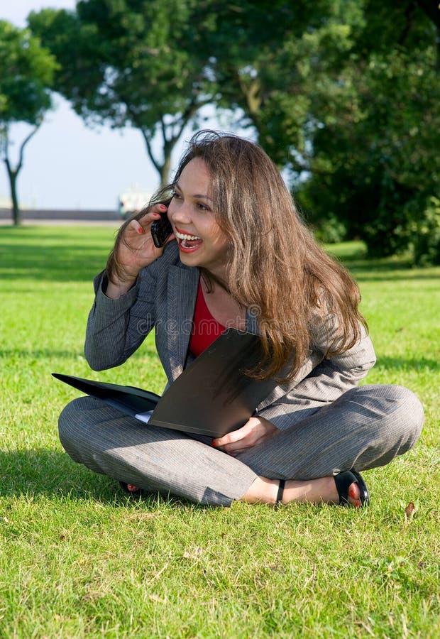 affär som skrattar den utomhus- kvinnan arkivfoto