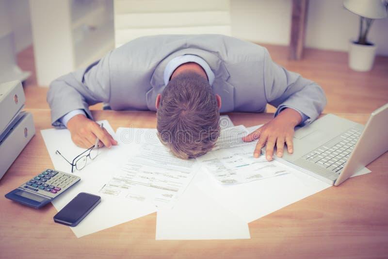 Affär som tröttas och arbetas på bärbara datorn royaltyfri fotografi