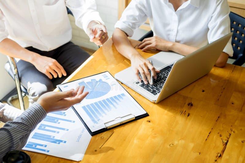 Affär Team Meeting Using Laptop Discussion tillsammans medan goi royaltyfria bilder