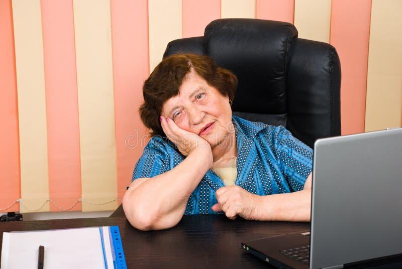 affär tryckt ned gammalare kvinna royaltyfria bilder