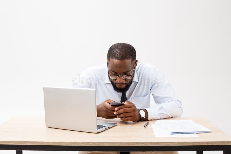 Affären är hans liv Gladlynt ung afrikansk man i formella kläder och arbeta på bärbara datorn arkivfoton