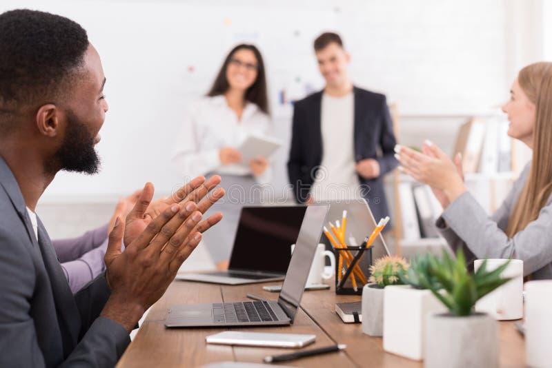 affären chairs konferensskrivbordet som isoleras över white Olikt lag som applåderar högtalare på möte royaltyfri fotografi