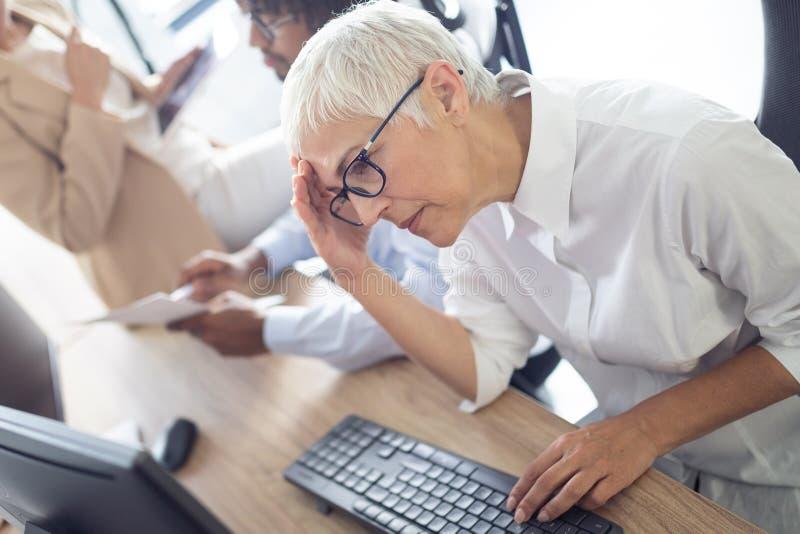 Affären folk, missar begreppet - affärsfolk med bärbar datordatoren och legitimationshandlingar som i regeringsställning arbetar royaltyfri fotografi