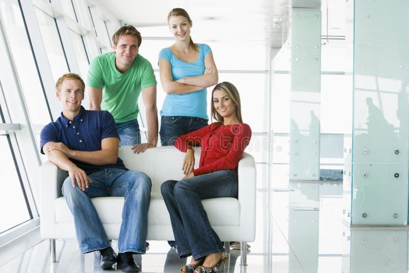 affären klädde tillfälligt fyra folk royaltyfria bilder
