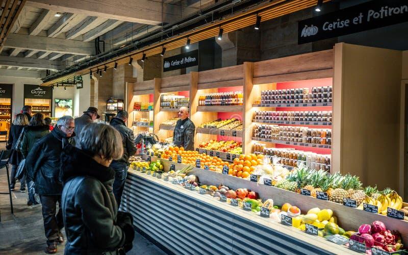 Affären med frukt och grönsaker i Les Halles du Grand Hotel-Dieu är en täckt marknadsplats i Lyon France arkivbilder