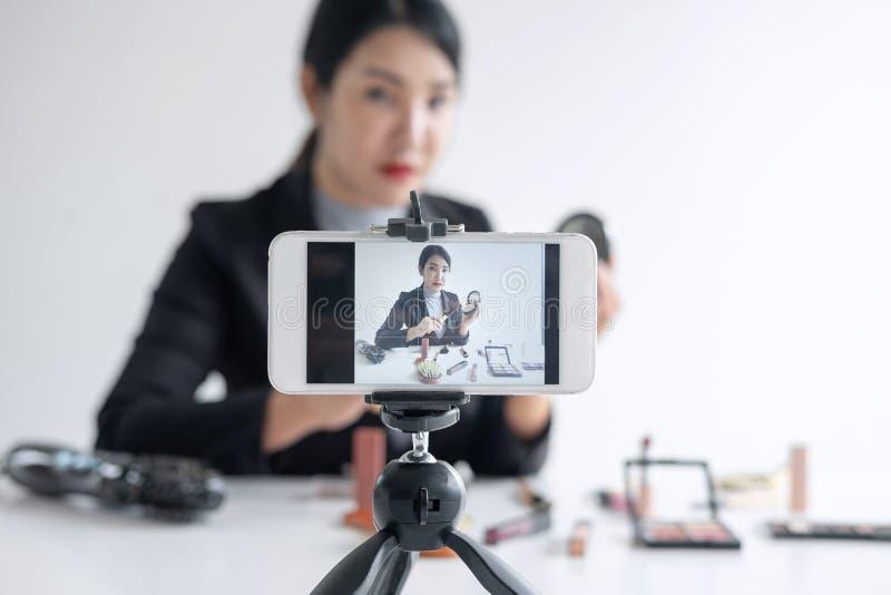 Affären som är online- på socialt massmedia, den härliga kvinnabloggeren visar att produkten och TV-sändning för närvarande orubb arkivbilder