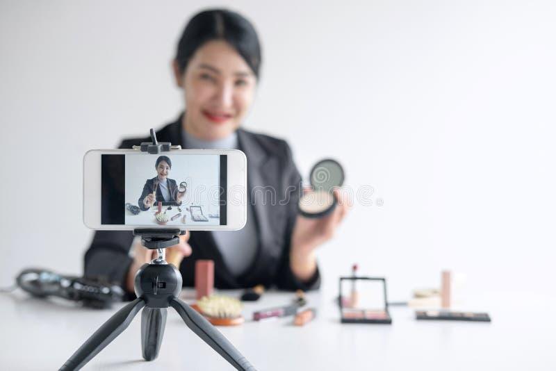 Affären som är online- på socialt massmedia, den härliga kvinnabloggeren visar att produkten och TV-sändning för närvarande orubb arkivbild