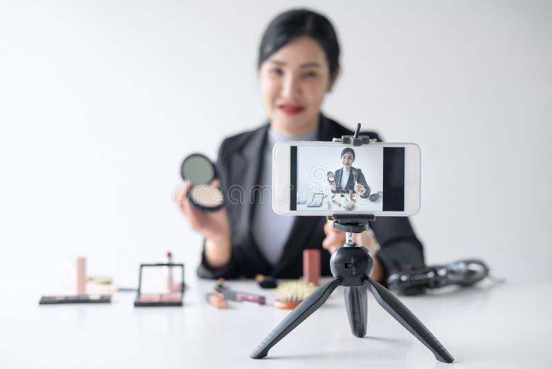 Affären som är online- på socialt massmedia, den härliga kvinnabloggeren visar att produkten och TV-sändning för närvarande orubb royaltyfria foton