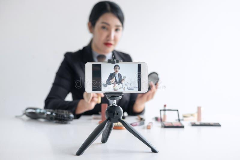 Affären som är online- på socialt massmedia, den härliga kvinnabloggeren visar att produkten och TV-sändning för närvarande orubb royaltyfri fotografi