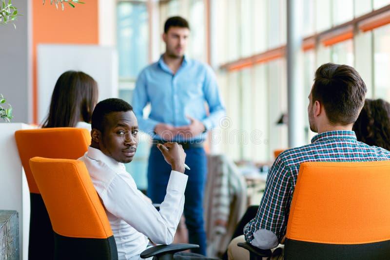 Affären, starten, presentationen, strategi och folkbegreppet - man danandepresentationen till det idérika laget på kontoret royaltyfri bild
