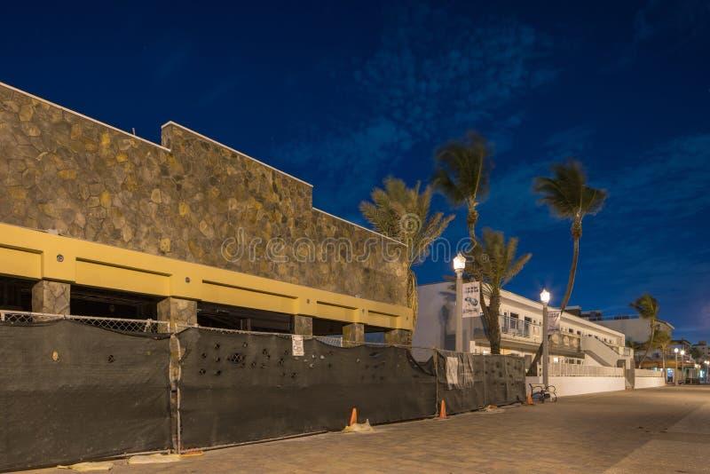 Affärer och hotell som tack vare stänger sig på brist för Hollywood strand av loppturism royaltyfri bild